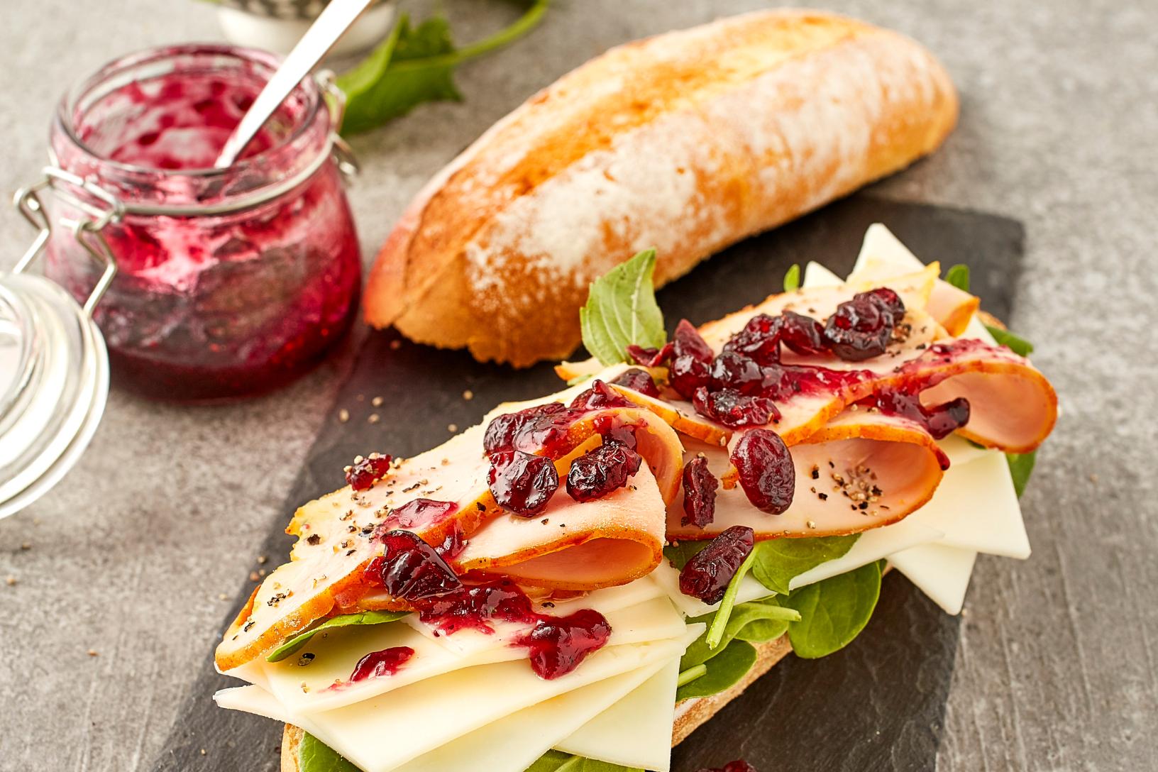 خبز الباجيت الفرنسي بالديك الرومي, التوت البري والجبن