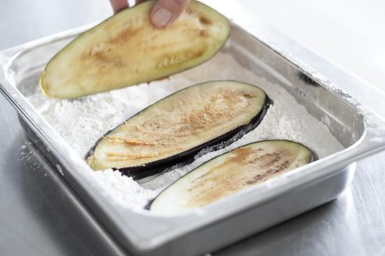 Het maken van groente schnitzels