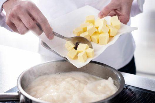 Dodawanie roztopionego masła