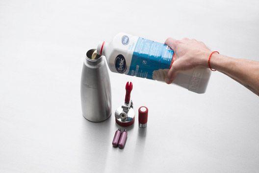 Napowietrzanie śmietanki syfonem