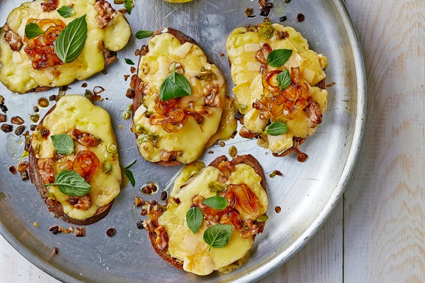 كروستيني البصل المكرمل وجبن الجوده
